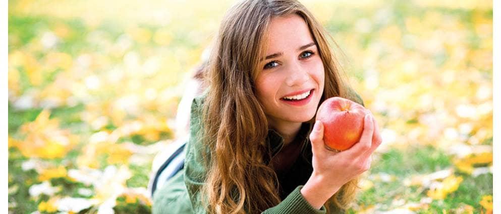 meisje eet appel