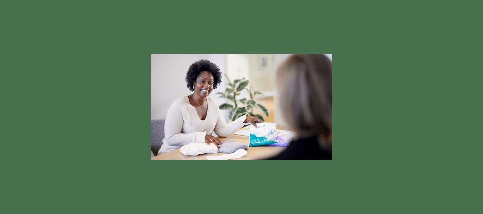 ouder echtpaar maakt strandwandeling
