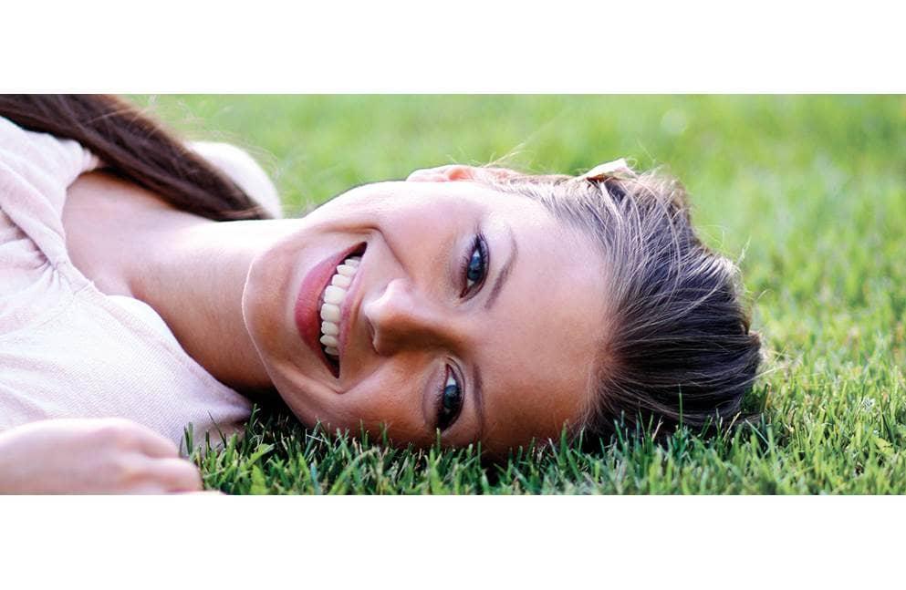 vrouw ligt op het gras