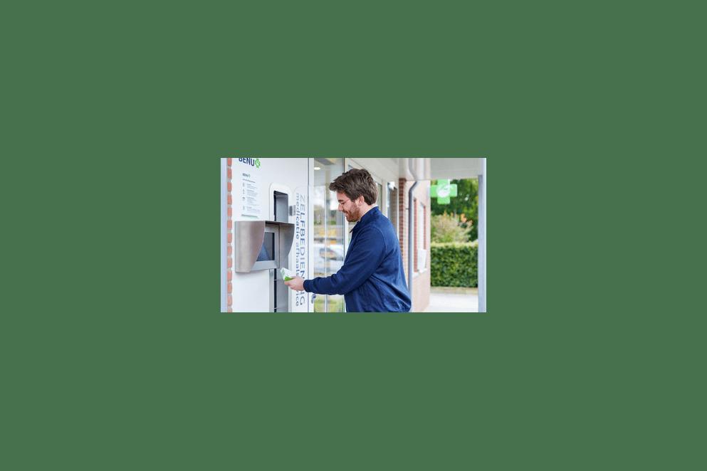 Moeder en dochter gebruiken de afhaalautomaat