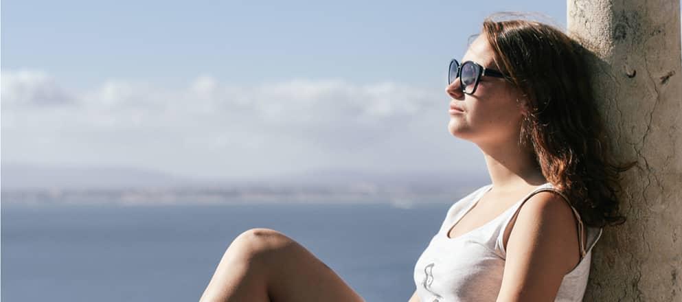 Vrouw ontspannen in de zon